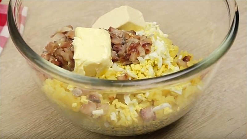 Смешиваем картофель, яйца, селедку, масло и сыр