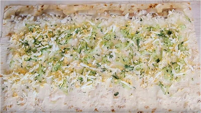 Смазываем лаваш сыром и кладем начинку