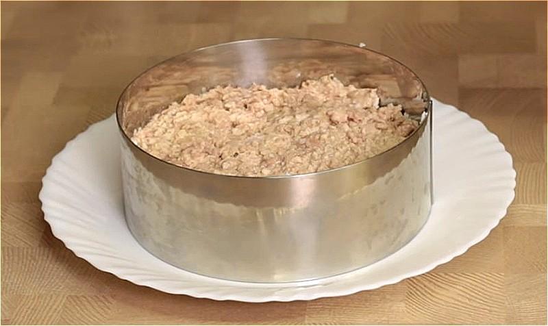 разминаем печень трески и выкладываем следующим слоем