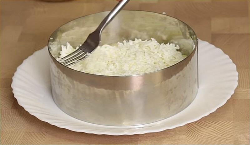 выложите картофельную смесь первым слоем, затем белки