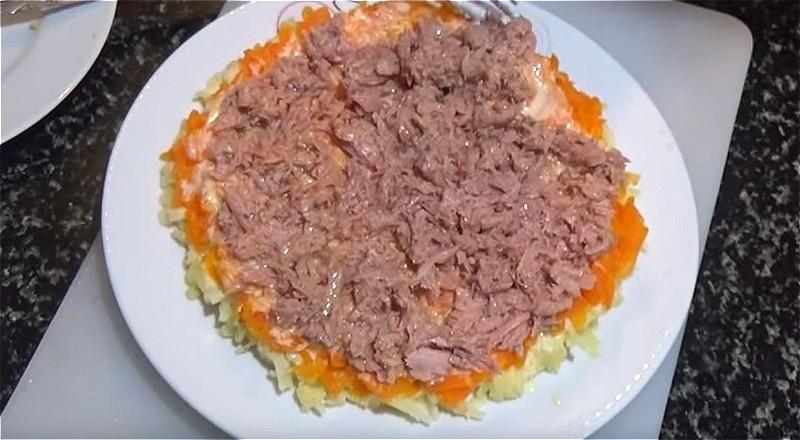 Следующие слои из моркови и рыбных консервов