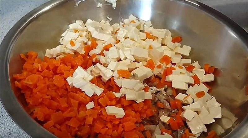 селедку, морковь и сырки нарезаем мелкими кубиками